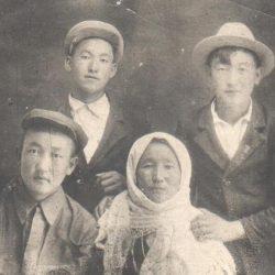 Ш.Есенов, его мать Шарипа и брат Шайзында