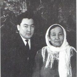 Есенов и его мать Шарипа