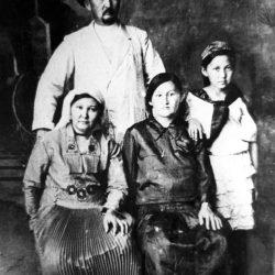 1924г. Ташкент Ж.Есенов (в центре), отец Ш.Есенова